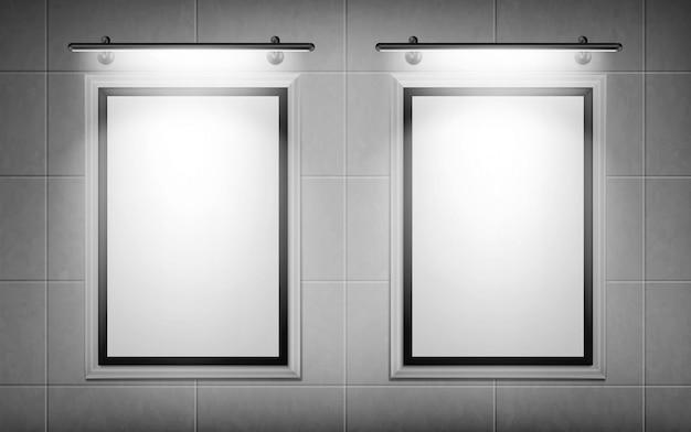 Carteles de películas en blanco iluminados por focos