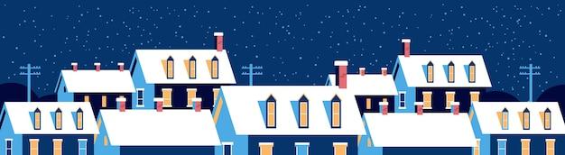 Casas de invierno con nieve en los techos de la noche nevada calle del pueblo feliz navidad tarjeta de felicitación banner horizontal plana