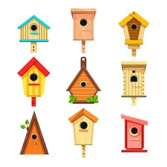Casas de pájaros de madera iconos aislados, cajas de anidación para colgar en el árbol