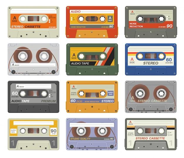 Casetes retro. casete de audio de plástico colorido dispositivo multimedia vintage tecnología de música cintas graba imágenes estéreo de los ochenta. conjunto