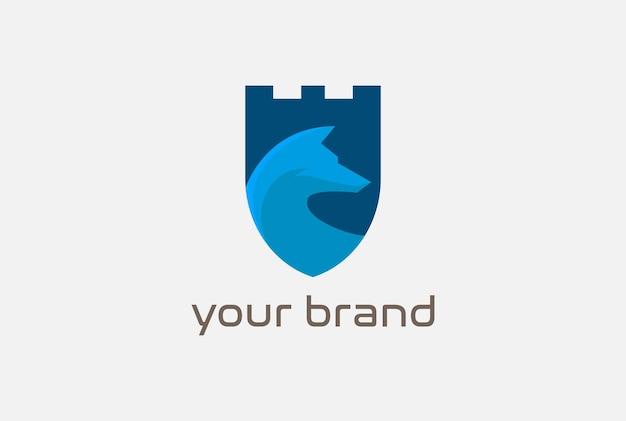 Castillo de escudo azul moderno con vector de diseño de logotipo de cabeza de lobo