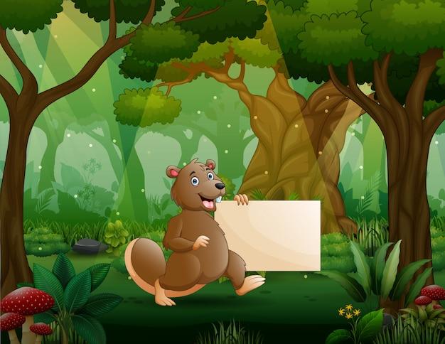 Un castor con cartel en blanco en el bosque