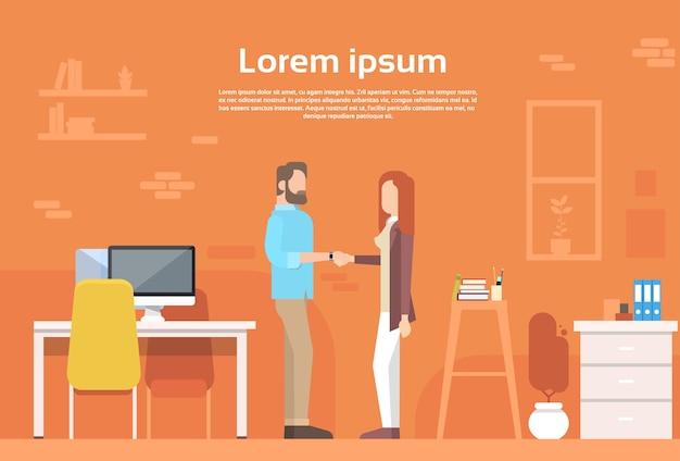 Casual hombre mujer agitar mano moderna oficina de coworking