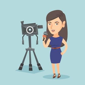 Caucásico reportero de televisión con micrófono y cámara.