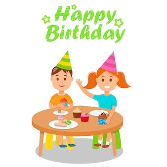 Celebrando el feliz cumpleaños en la mesa con pastelitos.