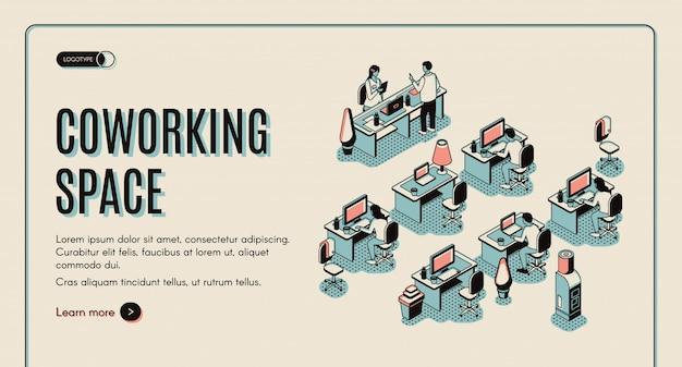 Centro de oficina con personas sentadas en mesas de trabajo con computadoras.