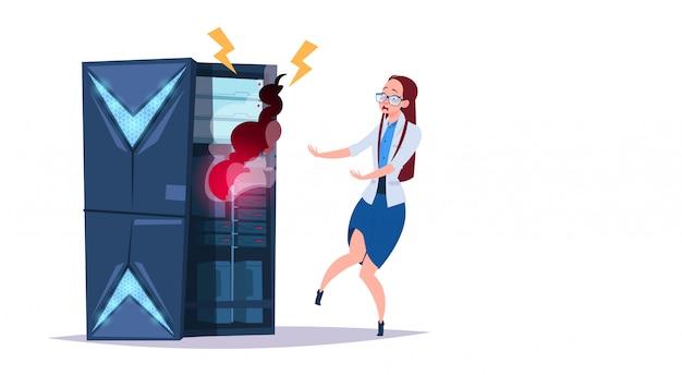 Centro de problemas de almacenamiento de datos con servidores de alojamiento y personal. error tecnología informática red y base de datos centro de internet soporte de comunicación