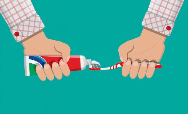 Cepillo de dientes, pasta de dientes en la mano. lavando los dientes.