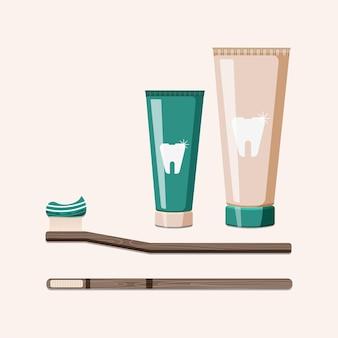 Cepillos de dientes de madera, bambú con pasta de dientes aislado en beige