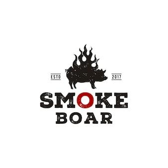 Cerdo a la parrilla con humo, jabalí silueta quemada, cerdo con diseño de logotipo vintage de llama de fuego