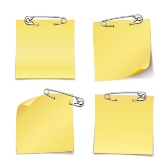 Cerrar notas adhesivas en blanco con pasador de seguridad sobre fondo blanco.