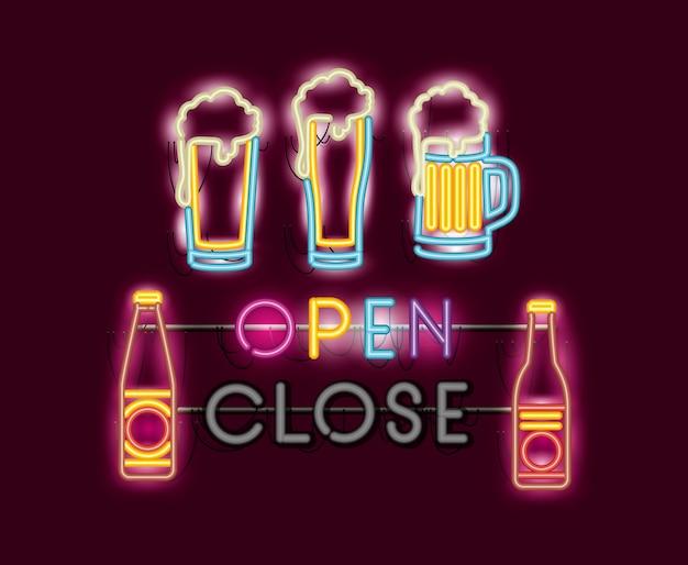 Cervezas jarras y botellas luces de neón.
