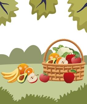 Cesta de mimbre con frutas y verduras.