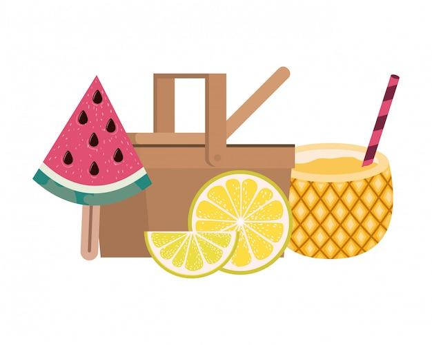Cesta de picnic con cóctel de piña en blanco