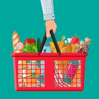 Cesta de plástico llena de productos comestibles