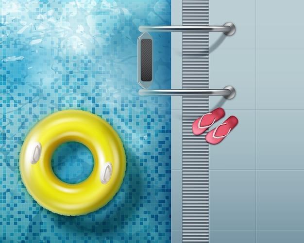 Chanclas rojas y anillo de natación en piscina. vista superior aislada