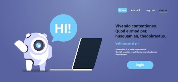 Chat bot usando computadora portátil burbuja de diálogo robot asistencia virtual sitio web aplicaciones móviles página de inicio