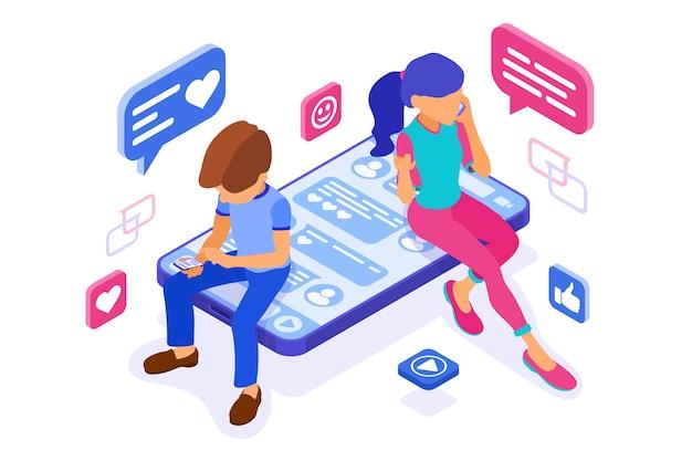 El chat isométrico de chico y chica en las redes sociales envía mensajes con foto llamada selfie usando un teléfono inteligente. las citas en línea aman las relaciones virtuales de amistad. los adolescentes dependen de las nuevas tecnologías de internet