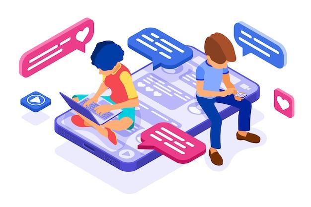 El chat isométrico de chico y chica en las redes sociales envía mensajes, fotos, llamada autofoto, usando una computadora portátil y un teléfono.