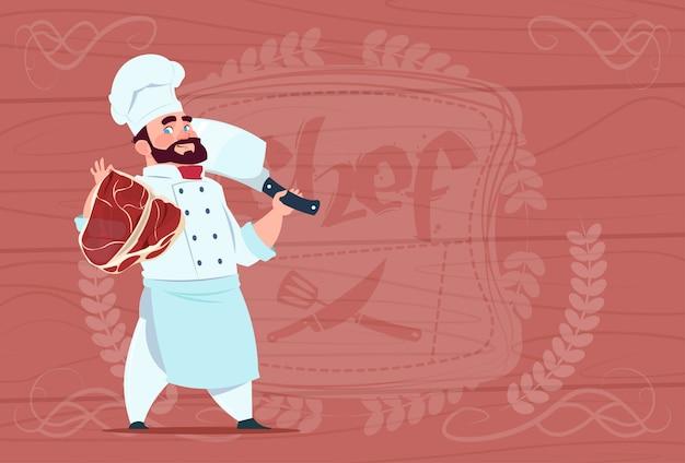 Chef cocinero holding cleaver cuchillo y carne sonriendo jefe de dibujos animados en restaurante blanco uniforme sobre fondo de textura de madera