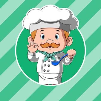 Chef sosteniendo cuchara de sopa y comida deliciosa