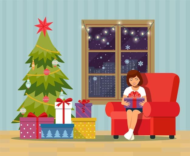 Chica abriendo un regalo en casa en la sala de estar. interior de la sala de navidad con árbol de navidad, sofá, regalos y decoración. ilustración vectorial plana