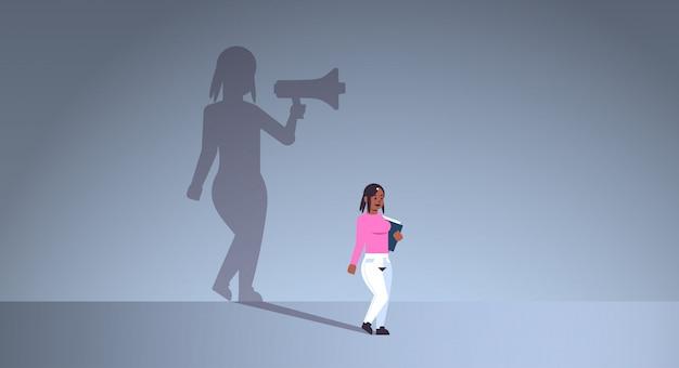 Chica afroamericana soñando con ser gerente o jefe gritando en megáfono