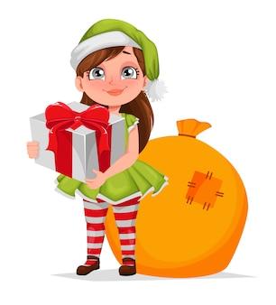 Chica alegre en traje de duende con caja de regalo
