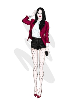 Una chica alta y delgada con pantalones cortos, chaqueta y zapatos de tacón alto.