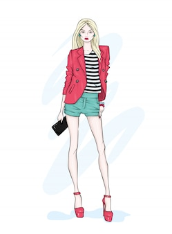 Una chica alta y delgada con pantalones cortos, chaqueta y zapatos de tacón.