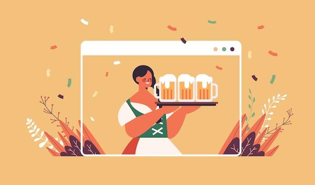 Chica camarera sosteniendo jarras de cerveza oktoberfest concepto de celebración de fiestas mujer en ropa tradicional alemana divirtiéndose ventana del navegador web