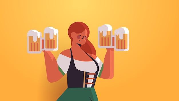 Chica camarera sosteniendo jarras de cerveza oktoberfest concepto de celebración de fiestas mujer en ropa tradicional alemana divirtiéndose