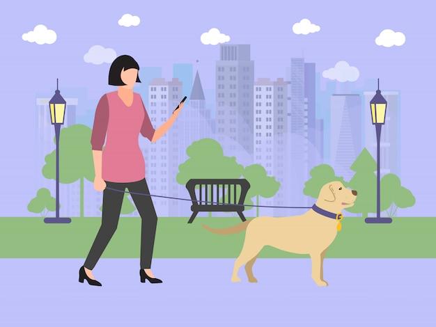Chica caminando con perro en el parque. dama de chaqueta rosa con smartphone, lindo perro, árboles y hierba.