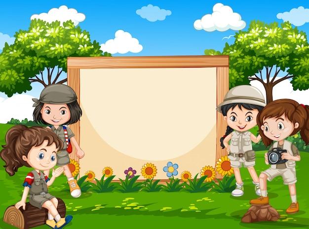Chica de camping en banner de naturaleza