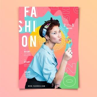 Chica con un cartel de moda piruleta