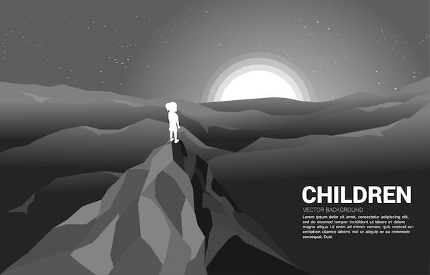Chica en la cima de la montaña. ilustración de la solución educativa y el futuro de los niños.