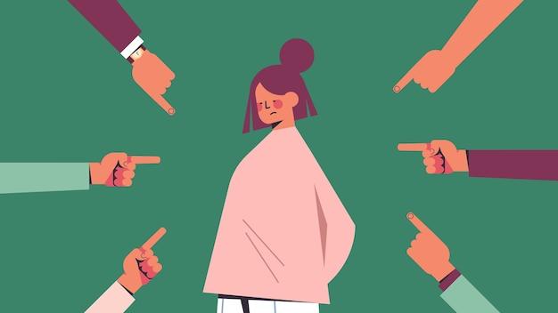 Chica deprimida rodeada de manos dedos burlándose señalando su concepto de discriminación de desigualdad de acoso