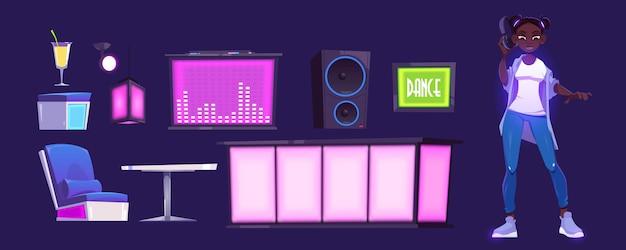 Chica dj y equipo de discoteca con barra de bar, mesa y consola mezcladora.