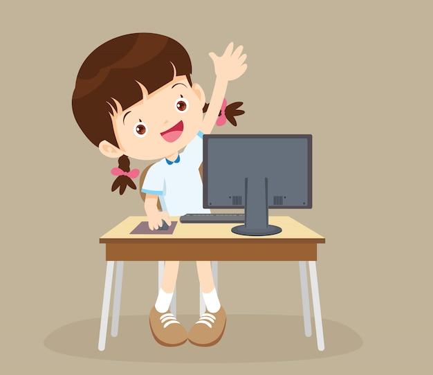 Chica estudiante aprendiendo computadora mano arriba