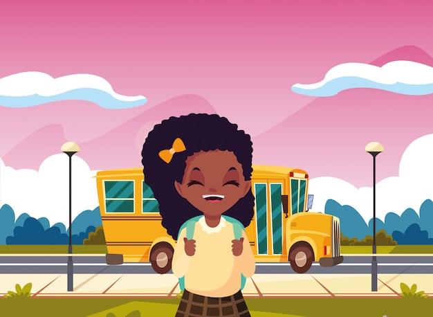 Chica estudiante con autobús de regreso a la escuela