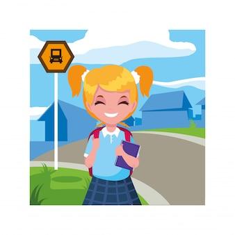 Chica estudiante en la parada de autobús con ciudad