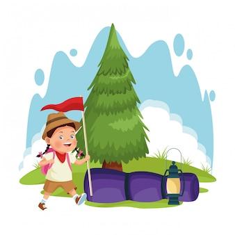 Chica exploradora de dibujos animados en el bosque de camping con saco de dormir y bandera