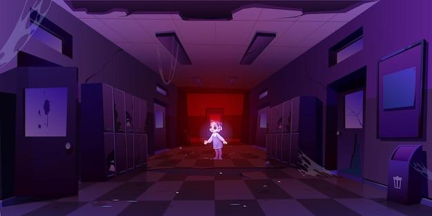 Chica fantasma en el pasillo de la vieja escuela sucia en la noche