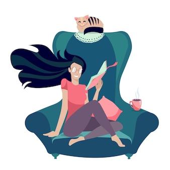 Chica con gafas leyendo un libro en el sillón con gato. afición intelectual con lector femenino.