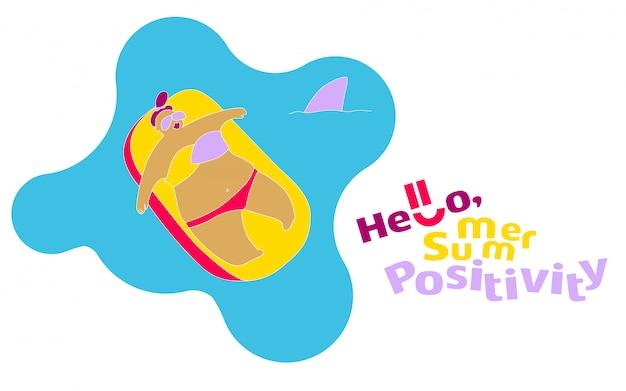 Chica gorda feliz divertida en la playa de verano