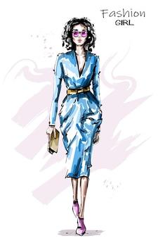 Chica de moda en vestido
