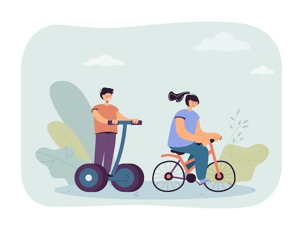 Chica montando bicicleta y chico en transportador personal eléctrico