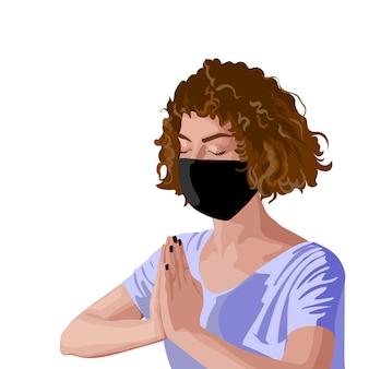 Chica morena con el pelo rizado en camiseta rosa y máscara quirúrgica negra meditando