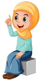 Chica musulmana árabe en vestimentas tradicionales en posición sentada aislada