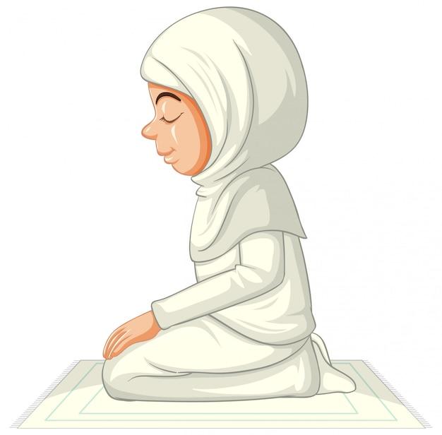 Chica musulmana árabe en vestimentas tradicionales en posición sentada aislado sobre fondo blanco.